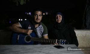 مازن مع والدته في منزلهما ببلدة عقربات شمال إدلب-08 أيلول 2020 (عنب بلدي/ يوسف غريبي)