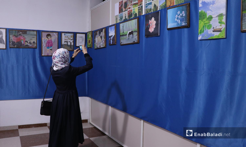 إحدى زائرات معرض الرسم في مدينة الباب - 22 أيلول 2020 (عنب بلدي/ عاصم الملحم)