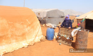 أم محمد تقوم بصناعة الحصر (الزرب) بعد جمع العيدان - 28 آب 2020 (عنب بلدي - إياد عبد الجواد )