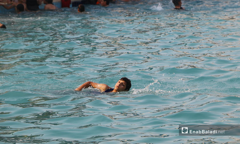 """طفل يسبح في مسبح """"إدلب البلدي"""" - أيلول 2020 (عنب بلدي/ أنس الخولي)"""