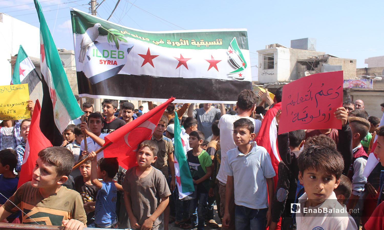 ضمت مظاهرة حربنوش في ريف إدلب الشمالي أطفالًا وكبارًا نددوا بانتهاكات النظام السوري وحلفائه على شمال غربي سوريا - 25 أيلول 2020 (عنب بلدي/ إياد عبد الجواد)