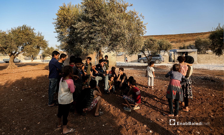 مازن الشيخ يعزف  في مخيم بالقرب من بلدة عقربات شمال إدلب-08 أيلول 2020 (عنب بلدي/ يوسف غريبي)