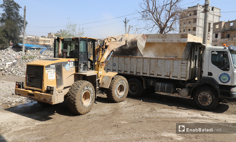 آليات تابعة لمجلس الرقة المدني تعمل على ترحيل ركام المنازل المدمرة من عدة شوارع داخل مدينة الرقة - 2 أيلول 2020 (عنب بلدي/عبد العزيز الصالح)