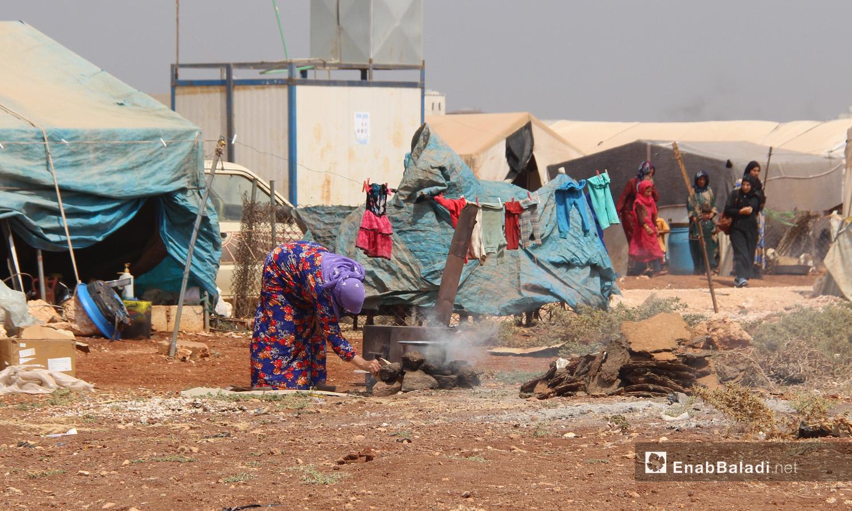 الحياة اليومية في المخيمات قرب مدينة سرمدا بريف إدلب الشمالي في ظل الظروف الجوية وارتفاع درجات الحرارة - 1 أيلول 2020 (عنب بلدي/رفيف السيد)