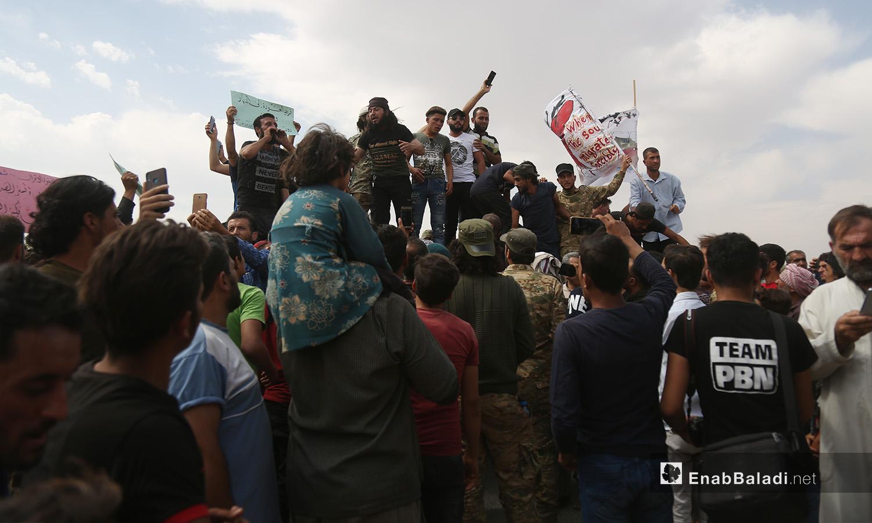 اجتمع المتظاهرون أمام نقطة عسكرية تركية تتطالب برحيلها من إدلب - 11 أيلول 2020 (عنب بلدي)