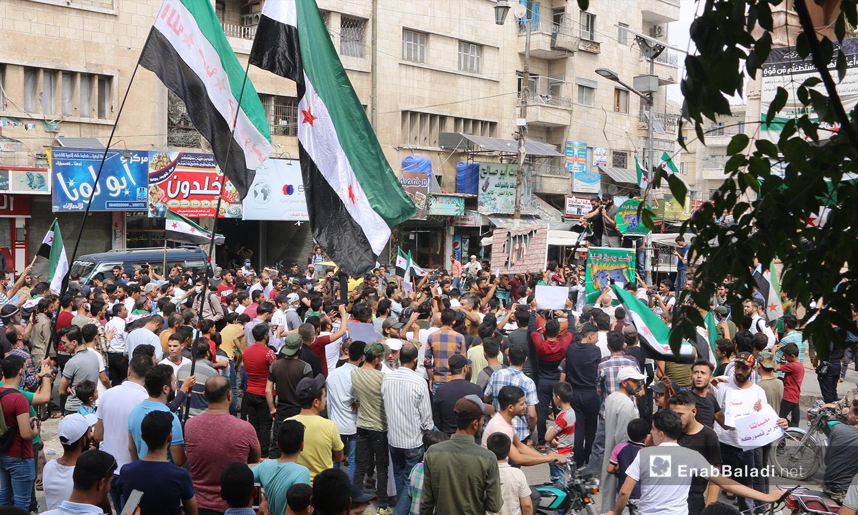 اجتمع المتظاهرون مرددين شعارات الثورة في ساحة مدينة إدلب - 11 أيلول 2020 (عنب بلدي/ أنس الخولي)