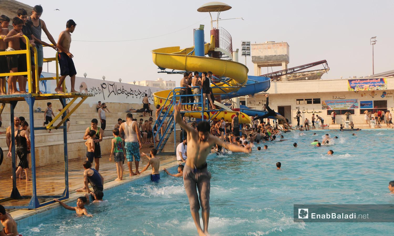 """السباحة في مسبح """"إدلب البلدي"""" كوسيلة للهرب من الحر - أيلول 2020 (عنب بلدي/ أنس الخولي)"""
