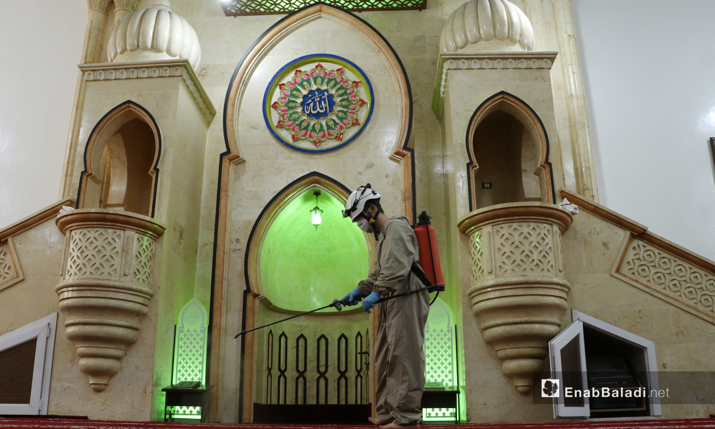 حملة لتعقيم المساجد ومحيطها من قبل فرق الدفاع المدني السوري في مدينة الباب بريف حلب الشرقي - 4 أيلول 2020 (عنب بلدي/عاصم الملحم)