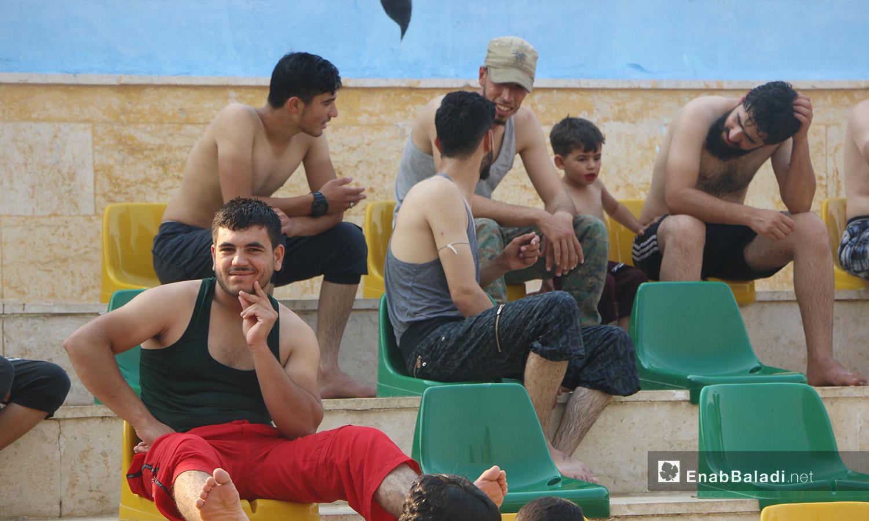 رجال جالسون قرب المسبح في إدلب - أيلول 2020 (عنب بلدي/ أنس الخولي)
