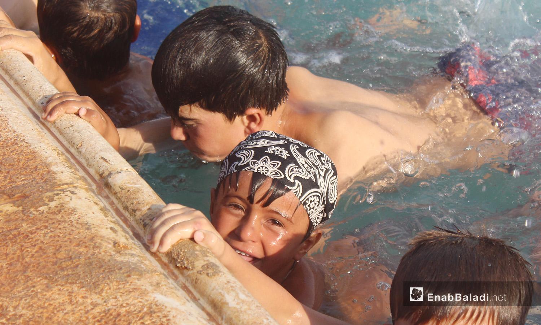 أطفال ضمن تتدريبات السباحة في بلدة كللي بريف إدلب - أيلول 2020 ( عنب بلدي / إياد عبد الجواد )