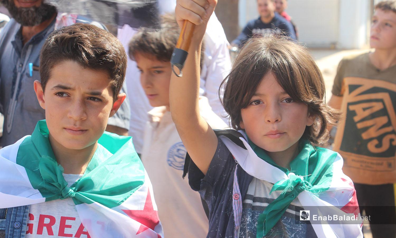 ردد المتظاهرون في قرية حربنوش بريف إدلب الشمالي شعارات نددت بانتهاكات النظام السوري وحلفائه - 25 أيلول 2020 (عنب بلدي/ إياد عبد الجواد)