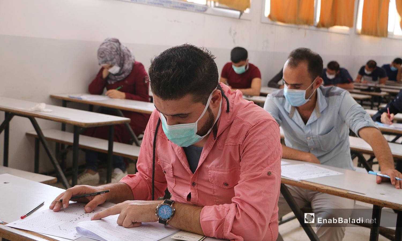 """طلاب في جامعة """"حلب الحرة"""" يقدمون امتحاناتهم في الدورة الثالثة بمدينة مارع في ريف حلب الشمالي - 27 أيلول 2020 (عنب بلدي/ عبد السلام مجعان)"""