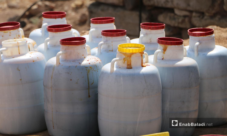 يترك دبس العنب في العلب لتوزيعه بالأسواق - 17 أيلول 2020 (عنب بلدي/ عبد السلام مجعان)