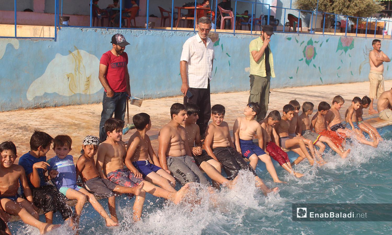 الاستعداد لتدريب السباحة في كللي بريف إدلب الشمالي - أيلول 2020 (عنب بلدي/ إياد عبد الجواد)