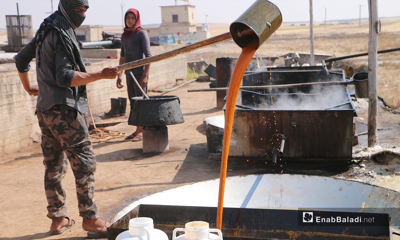 يفرغ الدبس بأحواض للتبريد - 17 أيلول 2020 (عنب بلدي/ عبد السلام مجعان)
