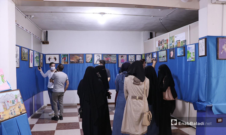 مجموعة من زائري وزائرات معرض الرسم في مدينة الباب - 22 أيلول 2020 (عنب بلدي/ عاصم الملحم)