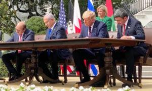 رئيس الوزراء الإسرائيلي بنيامين نتنياهو والرئيس الأمريكي دونالد ترامب ووزير الخارجية البحريني عبد اللطيف الزياني ووزير الخارجية الإماراتي عبد الله بن زايد آل نهيان يوقعون في البيت الأبيض اتفاق أبراهام - 15 من أيلول 2020 (إيفانكا ترامب)