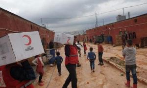 عناصر من الهلال الأحمر التركي أثناء توزيع مساعدات في سوريا (الموقع الرسمي للمنظمة)