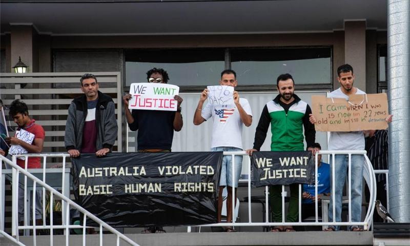لاجئون وطالبو لجوء يحملون لافتات للاعتراض على السياسة الأسترالية في التعامل مع قضاياهم - 2020 (SOPA Images)