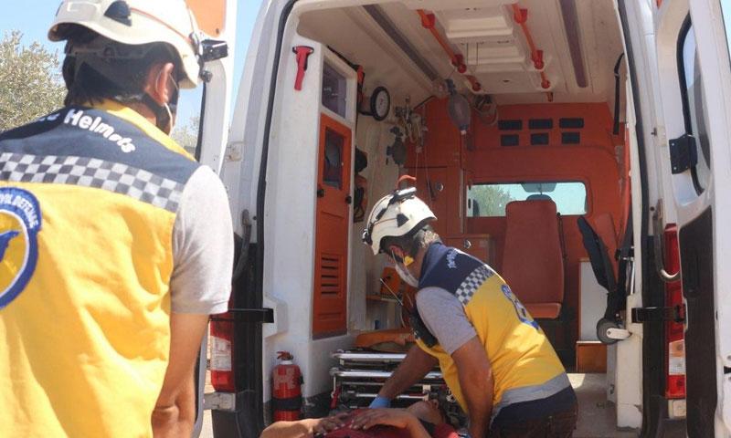 لحظة إسعاف المدني المصاب جراء القصف على إدلب 15 من أيلول 2020 (الدفاع المدني في إدلب/ فيس بوك)