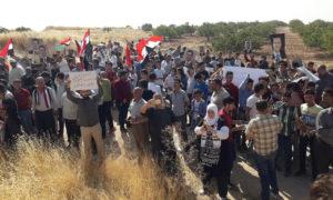 صورة تظهر تجمع عشرات طالبوا بخروج القوات التركية من سوريا 16 من أيلول 2020 (عيسى حمود/ فيس بوك)