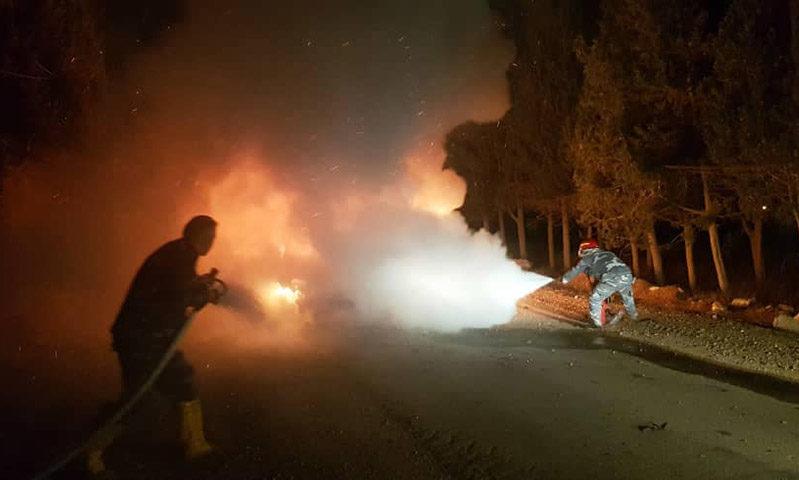 عناصر الدفاع المدني يطفئوون النيران المندلعة 10 من تشرين الأول 2020 (الدفاع المدني في حمص)