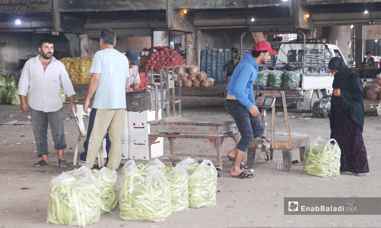 عمال في سوق الهال بمدينة الرقة - أيلول 2020 (عنب بلدي/ عبد العزيز الصالح)