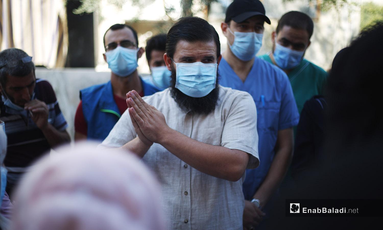 شباب متجمعين مع الكادر الطبي بوقفة احتجاجية في كفر تخاريم -11 تشرين الأول 2020 (عنب بلدي /يوسف غريبي)
