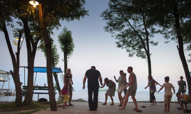 سياح في دولة أبخازيا على البحر الأسود (theblacksea.eu)