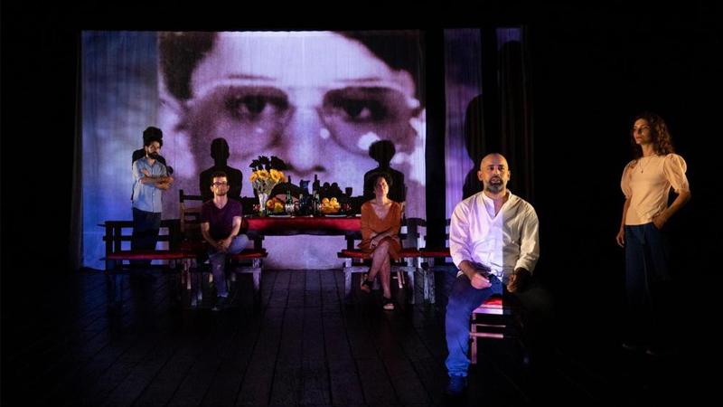 """مشهد من عرض مسرحية """"واي صيدنايا"""" على مسرح """"بيلليني"""" ضمن فعاليات مهرجان """"نابولي"""" الدولي بإيطاليا، أيلول 2020، المصدر: المخرج رمزي شقير."""