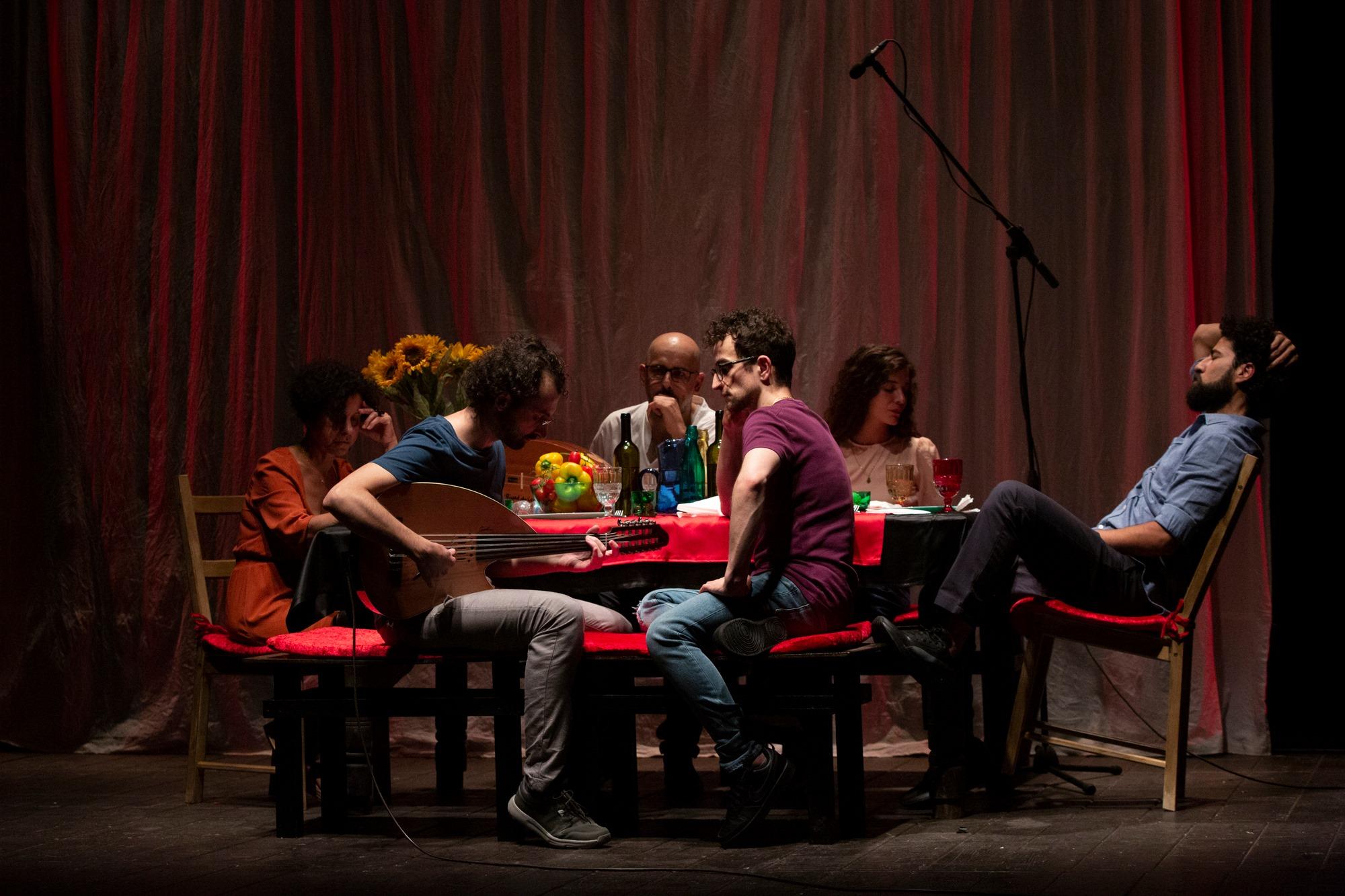 """مشهد من عرض مسرحية """"واي صيدنايا"""" على مسرح """"بيلليني"""" ضمن فعاليات مهرجان """"نابولي"""" الدولي بإيطاليا، أيلول 2020، المصدر: صفحة مسرح نابولي في موقع """"فيس بوك""""."""