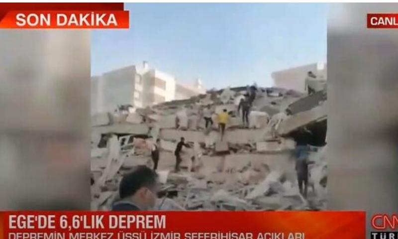 انهيار بناء بسبب زلزال في ولاية إزمير التركية 30 من تشرين الأول 2020 (CNN Turk)