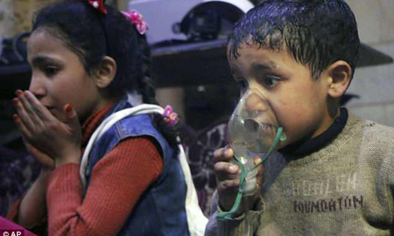 طفلان من مدينة دوما يستنشقان الأوكسجين أثناء الهجمات الكيماوية على دوما في 8 نيسان 2018 (AP)