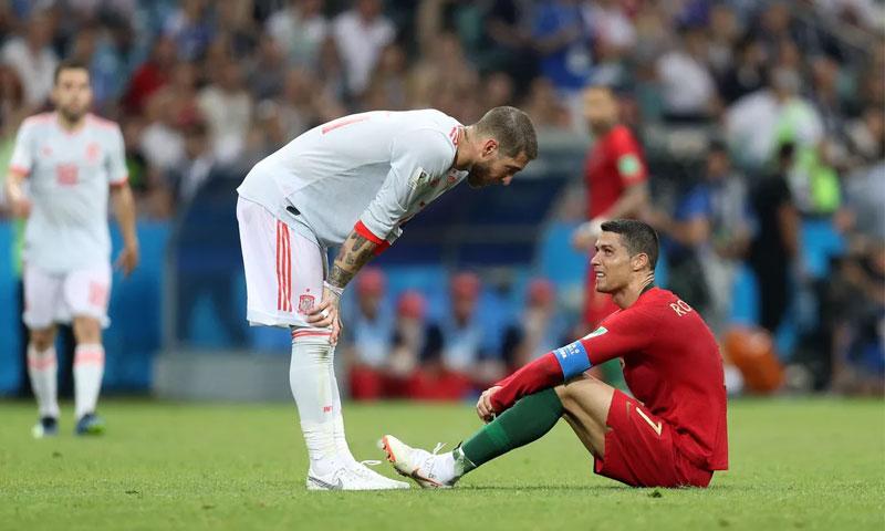 كريستيانو رونالدو وسيرجيو راموس في آخر لقاء جمع إسبانيا والبرتغال في كأس العالم 2018 (sb nation)