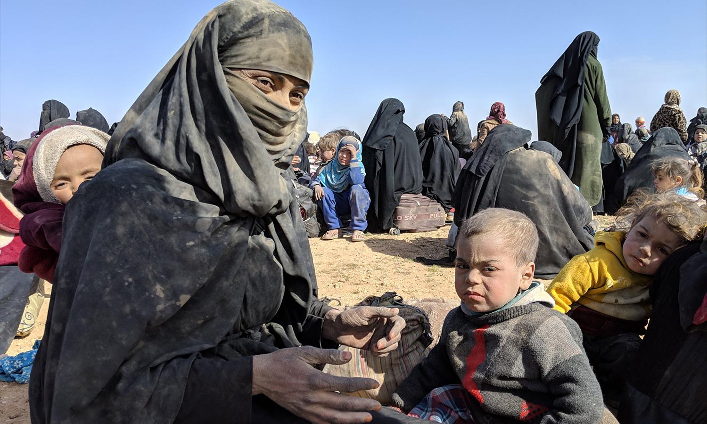 """مدنيون نازحون من معارك """"قوات سوريا الديمقراطية"""" مع تنظيم """"الدولة"""" في الباغوز- آذار 2019 (independent)"""
