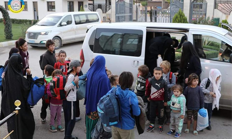 نائبة رئيسة مفوضة حقوق الطفل في روسيا الاتحادية، لاريسا نيكولايفنانا، والرئيس المشترك لدائرة العلاقات الخارجية، عبد الكريم عمر، يسلمون 30 طفلًا يتيمًا من مخيم الهول (الإدارة الذاتية لشمال وشرق سوريا) 12 من تشرين الأول 2020