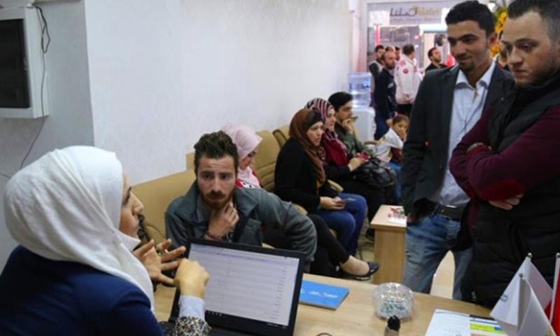 """صورة تعبيرية لأحد مكاتب منظمة """"رزق"""" لتشغيل السوريين في تركيا 2017 (CNN TURK)"""