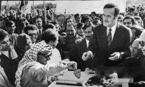 """الرئيس السوري السابق حافظ الأسد وزعيم """"منظمة التحرير الفلسطينية"""" ياسر عرفات بين الحشود (التاريخ السوري المعاصر)"""