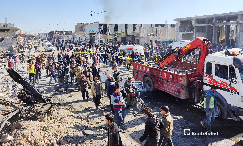 مدنيون وفرق الإطفاء والإسعاف متجمعون في موقع تفجير مجهول المصدر في مدينة الباب بريف حلب الشمالي - 24 تشرين الثاني 2020 (عنب بلدي/ عاصم الملحم)