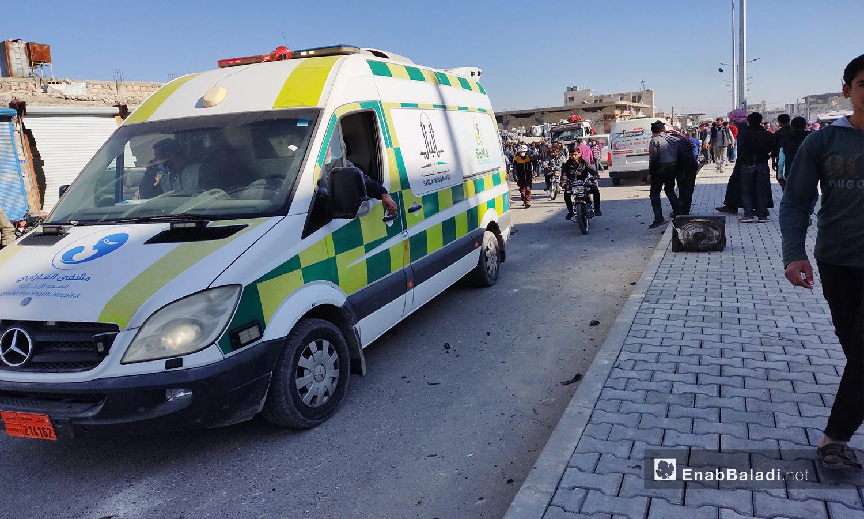 سيارة إسعاف تتبع لمشفى الفارابي تقف في موقع الانفجار الي خلف قتيلين وأكثر من 20 جريحًا في مدينة الباب بريف حلب الشمالي - 24 تشرين الثاني 2020 (عنب بلدي/ عاصم الملحم)