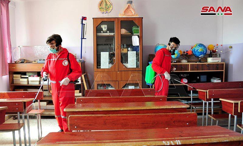 عناصر الهلال الأحمر يعقمون المدارس، 2 من أيلول 2020 (سانا)