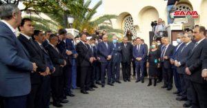 مسؤولون سوريون وأجانب أمام مسجد سعد بن معاذ في دمشق خلال تشييع وزير الخارجية السوري وليد المعلم 16 من تشرين الثاني 2020 (سانا)