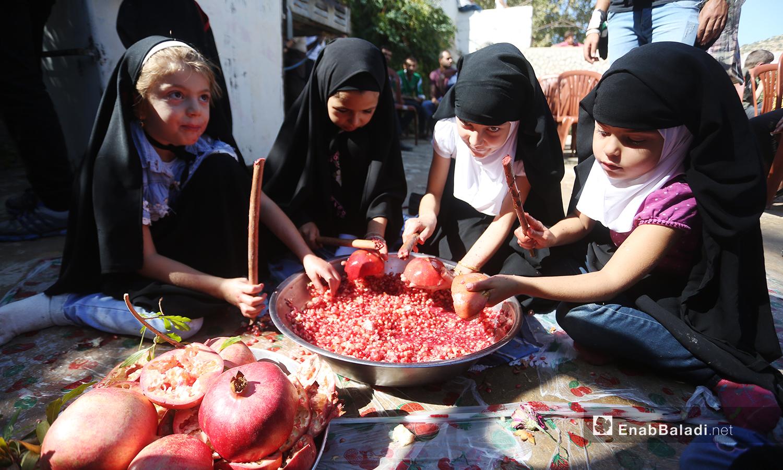تشارك فتيات صغيرات في إفراغ حبات الرمان ضمن المهرجان الثالث في دركوش بريف إدلب الغربي - تشرين الأول 2020 (عنب بلدي/ يوسف غريبي)