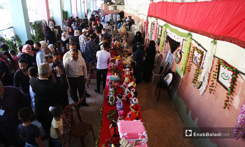 تزاحم المتفرجون لمشاهدة المعروضات ضمن مهرجان الرمان الثالث في دركوش بريف إدلب الغربي  - تشرين الأول 2020 (عنب بلدي/ يوسف غريبي)