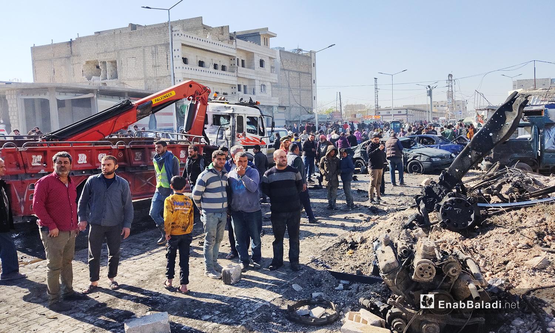 حدث انفجار جانب مفرق قباسين في مدينة الباب وسبب مقتل مدنيين ووقع أكثر من 20 جريحًا في الموقع الذي تجمعت به فرق الإطفاء والإسعاف - 24 تشرين الثاني 2020 (عنب بلدي/ عاصم الملحم)