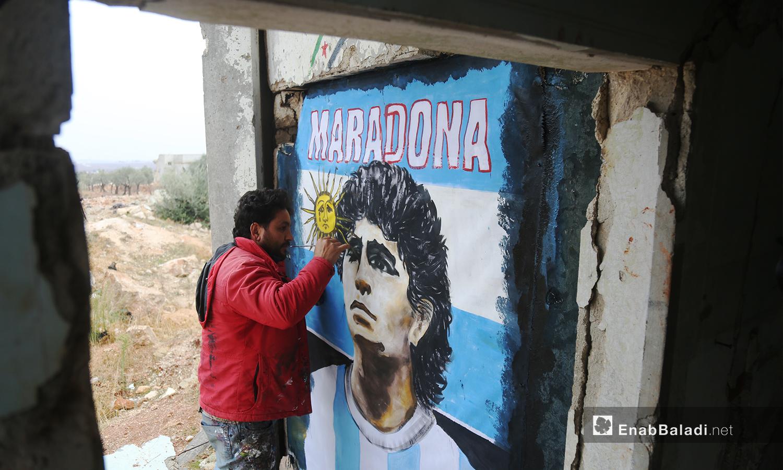 تضمنت الجدارية التي رسمها عزيز الأسمر وجه لاعب كرة القدم دييغو مارادونا مع شعار بلاده - 26 تشرين الثاني 2020 (عنب بلدي/ يوسف غريبي)