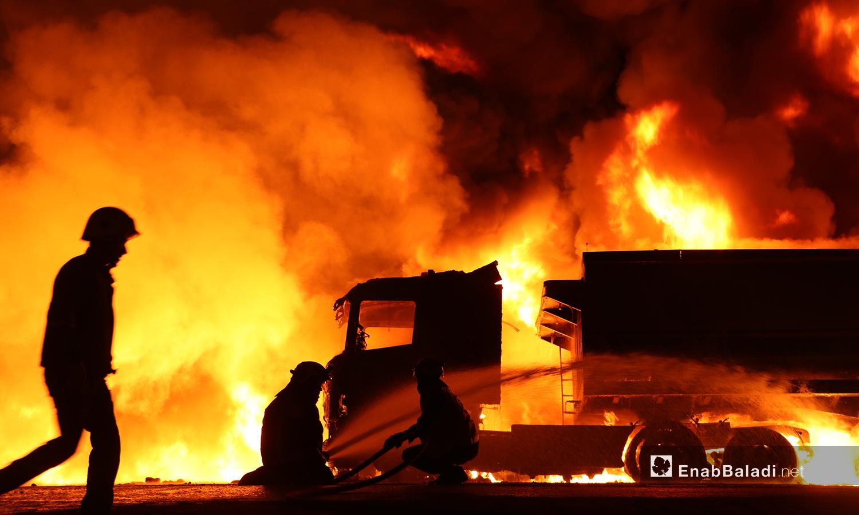 عناصر الدفاع المدني يحاولون إخماد الحريق الناتج عن استهداف صهريجي محروقات على المتحلق الشمالي في مدينة الباب شمالي حلب - 2 تشرين الثاني 2020 (عنب بلدي/عاصم الملحم)