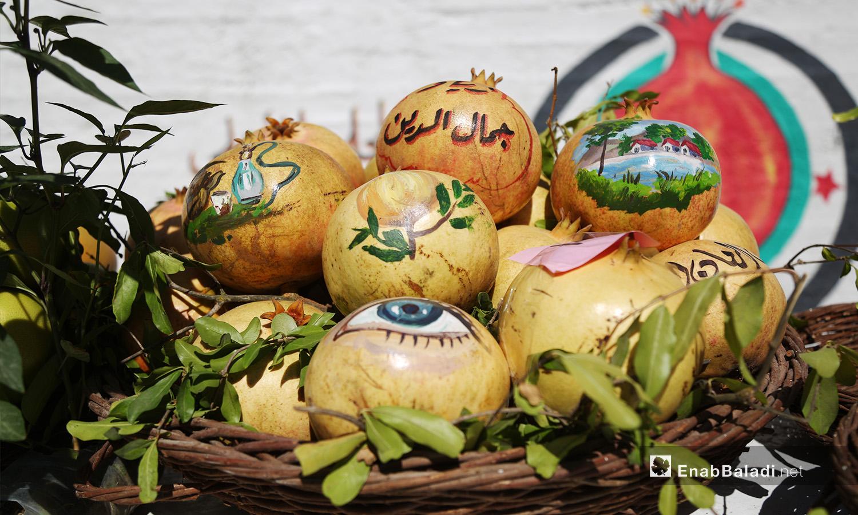 رسوم على حبات الرمان المعروضة في مهرجان الرمان الثالث في دركوش بريف إدلب الغربي  - تشرين الأول 2020 (عنب بلدي/ يوسف غريبي)