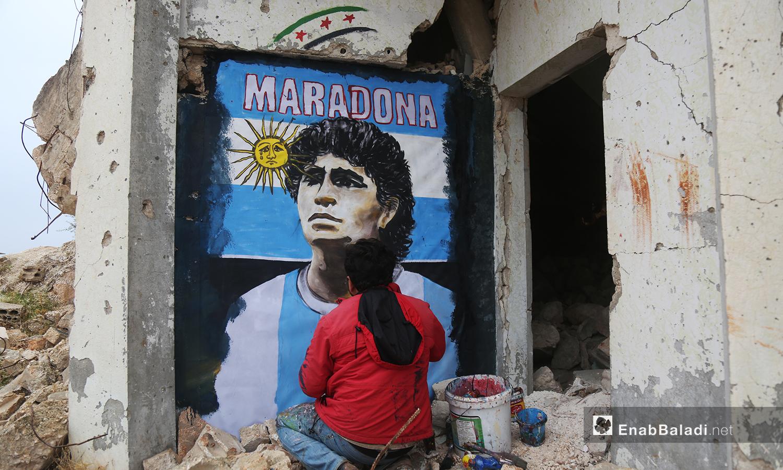 جدارية تمثل نجم كرة القدم الأرجنتيني دييغو مارادونا على حائط مهدم في مدينة بنش - 26 تشرين الثاني 2020 (عنب بلدي/ يوسف غريبي)