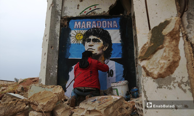 يرسم عزيز أسمر لوحة جدارية تخليدًا لذكرى نجم كرة القدم الأرجنتيني دييغو مارادونا بعد يوم من وفاته - 26 تشرين الثاني 2020 (عنب بلدي/ يوسف غريبي)